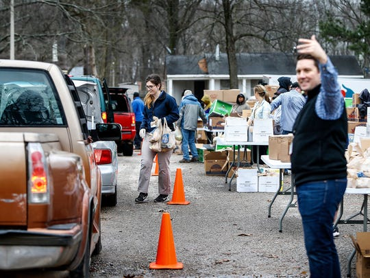 Mid-South Food Bank volunteers load cars with assorted