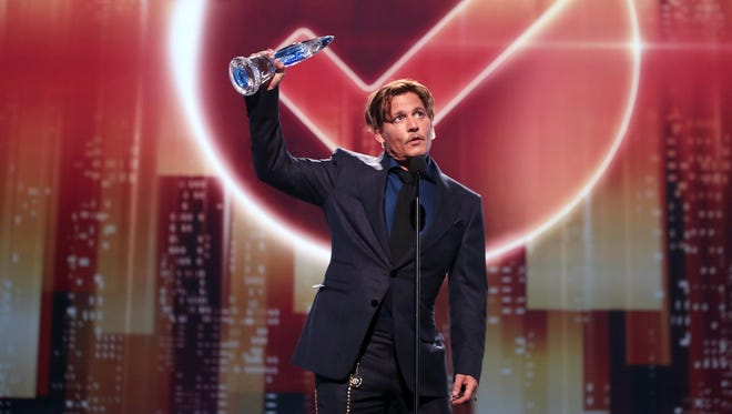 Johnny Depp accepts Favorite Movie Icon at the People's Choice Awards.