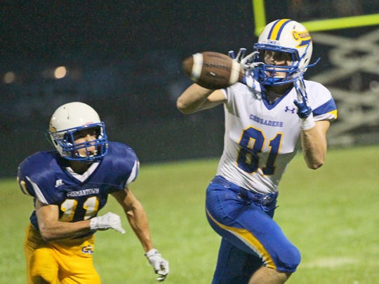 Mike Naze catches a pass for Catholic Memorial in 2015.