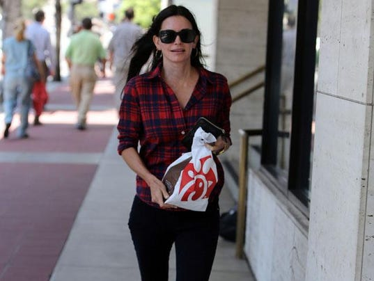Courteney cox got engaged at jennifer aniston 39 s home for Cox at home