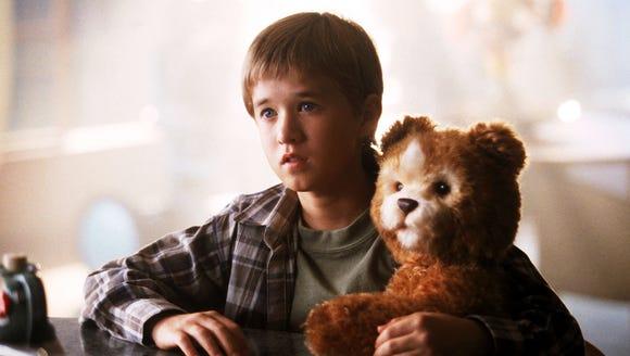 Haley Joel Osment plays a robot boy who feels love