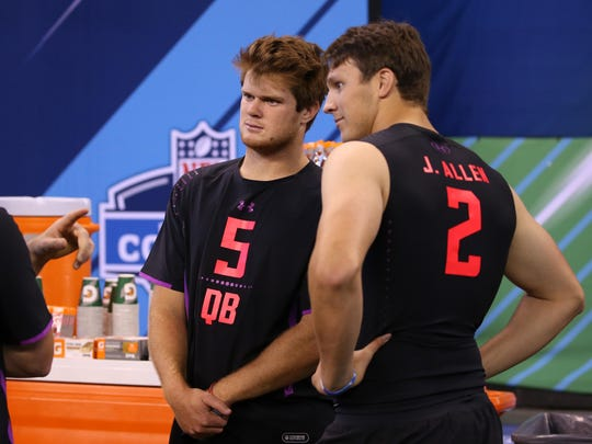 USC Trojans quarterback Sam Darnold (5) talks with