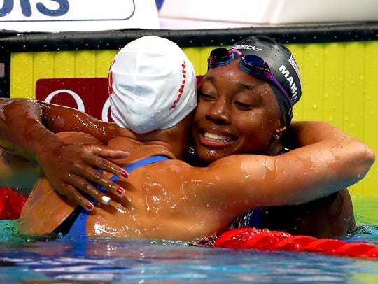 (R-L) Gold medalist Simone Manuel of the United States
