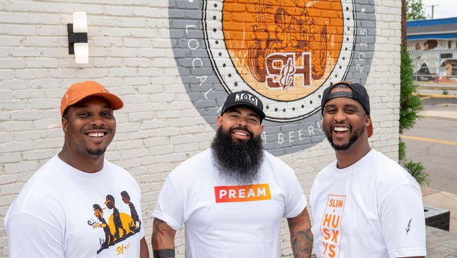 Οι Derek Moore (αριστερά), Clint Gray και Emmanuel Reed ίδρυσαν το Slim & Husky's Pizza Beeria στην οδό Buchanan στο Βόρειο Νάσβιλ το 2017. Άνοιξαν μια άλλη τοποθεσία στην κοντινή Αντιόχεια τον Ιούνιο του 2018 και ελπίζουν να επεκταθούν σε άλλες πόλεις στα νοτιοανατολικά ερχόμενο έτος.