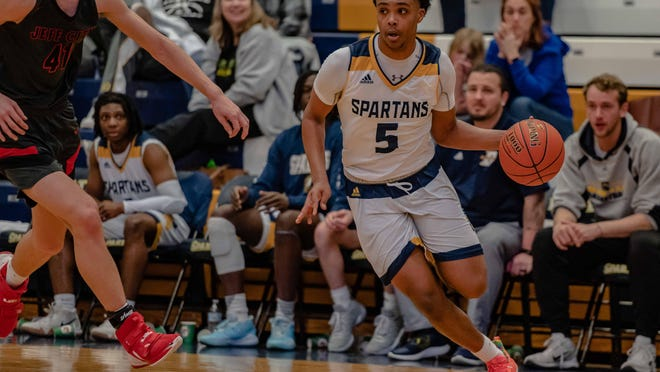 Battle's Cachao Gianquinto (5) is one of many Columbia prep basketball players adjusting to an offseason like no other due to the coronavirus pandemic.