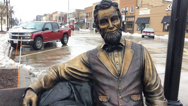 Neenah's public art includes a statue of Abraham Lincoln at the west end of Wisconsin Avenue. A statue of Thomas Jefferson is located three blocks to the east.