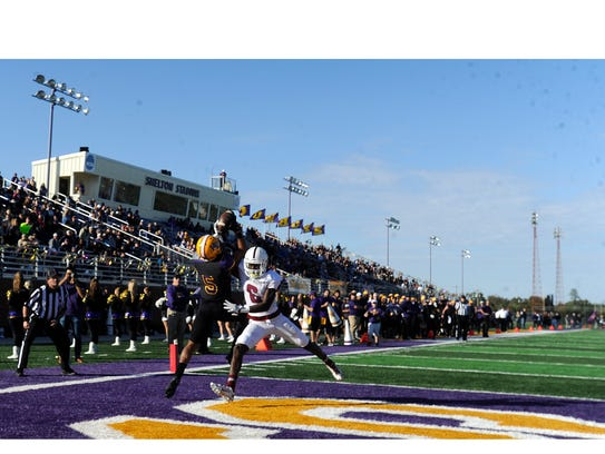 Hardin-Simmons wide receiver Devonte' Walker (5) pulls