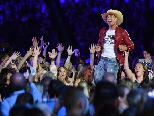 Dustin Lynch will lead the KMLE Country Double Header