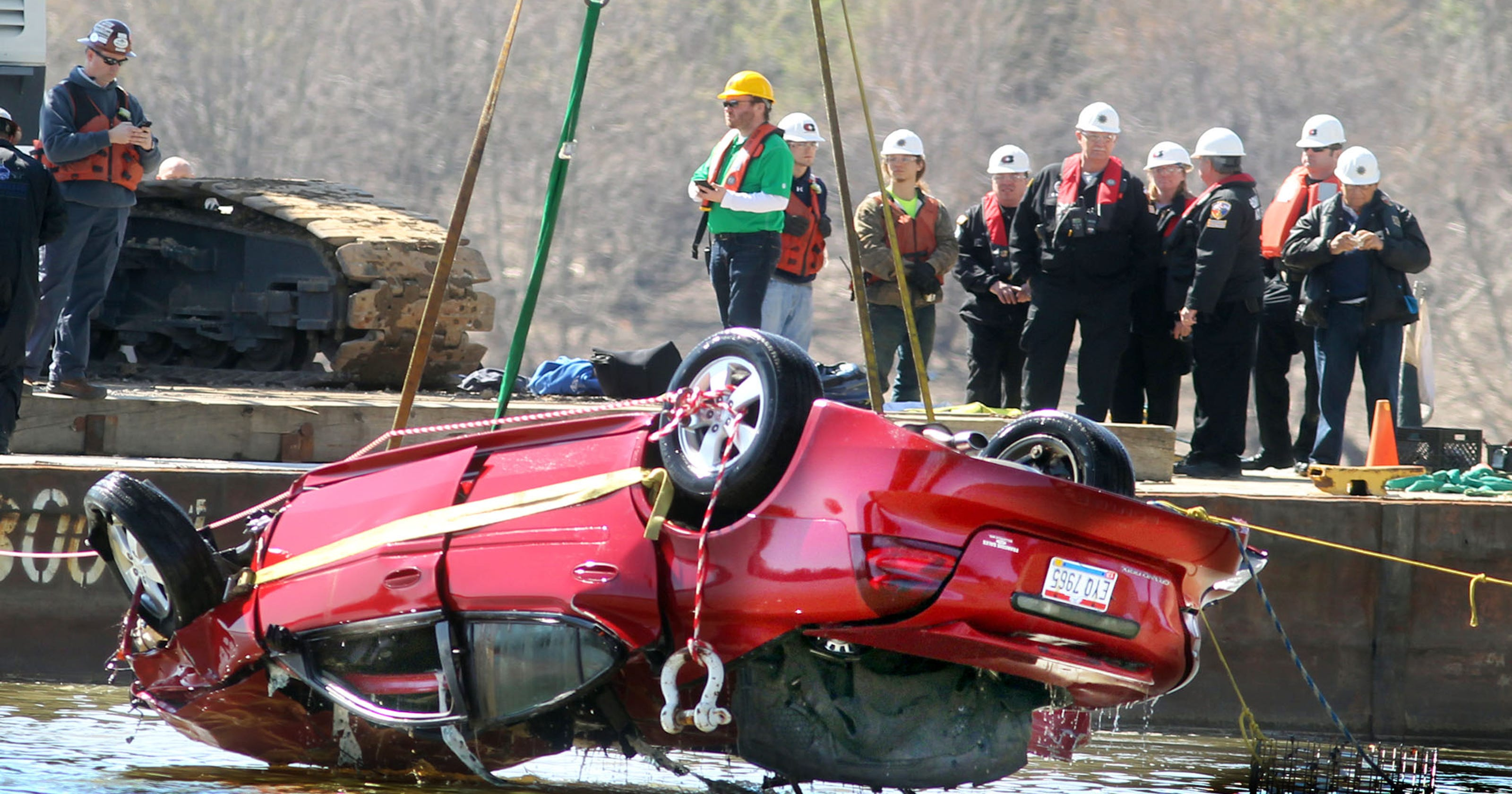 Officials ID man recovered from car that fell into Ohio River