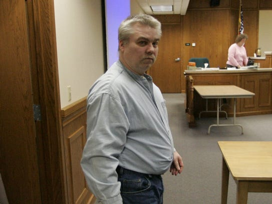 Steven Avery walks into the courtroom at the Calumet