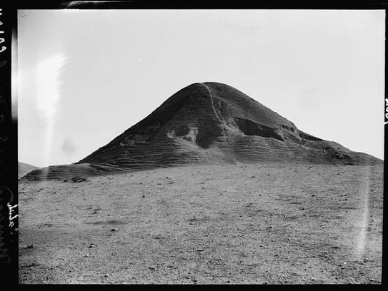 A 1932 photo from the Library of Congress shows a hill