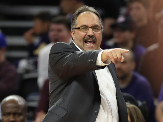 Stan Van Gundy calls a play during the Pistons' 90-89