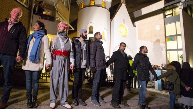 """More than 1,000 people formed a """"ring of peace"""" around the Norwegian capital's synagogue."""