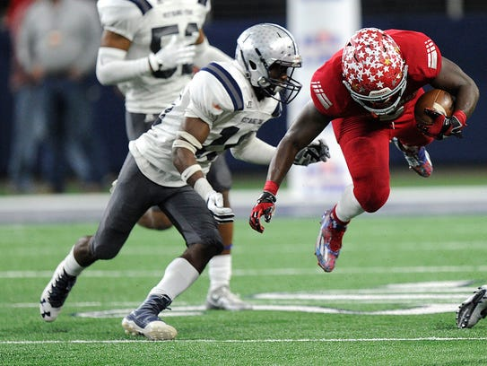 Sweetwater running back Jacoby Hunt (2) dives for extra