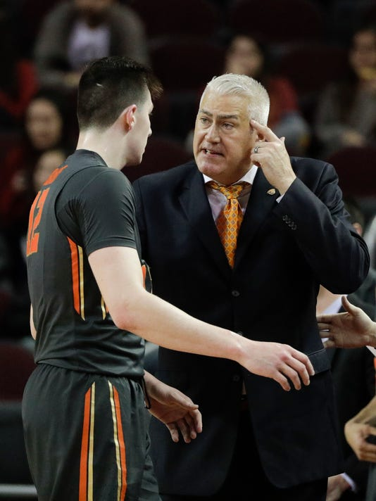 Oregon State coach Wayne Tinkle, right, talks to Drew Eubanks during the first half of the team's NCAA college basketball game against Southern California, Thursday, Feb. 9, 2017, in Los Angeles. (AP Photo/Jae C. Hong)