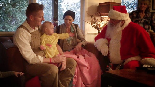 Joey and Rory Feek meet a Santa Claus with daughter Indiana.