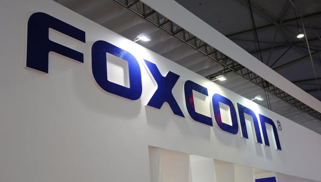 Foxconn Technology Group plans to build a large flat panel display manufacturing plant in Wisconsin.