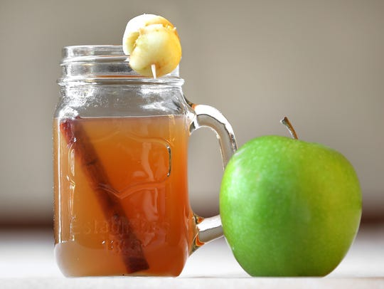 Thanksgiving holiday drink ideas as bourbon apple cider