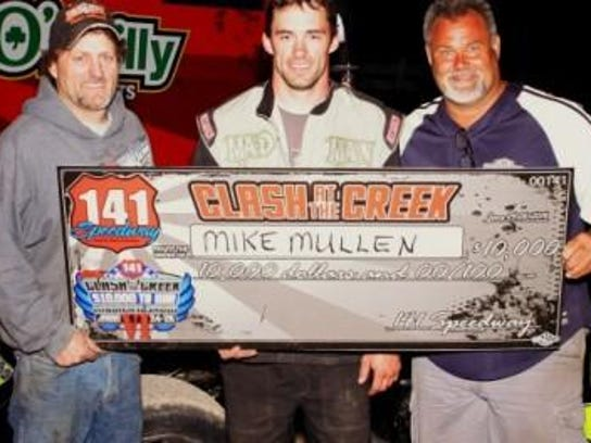 2014 Clash at the Creek winner Mike Mullen (center)