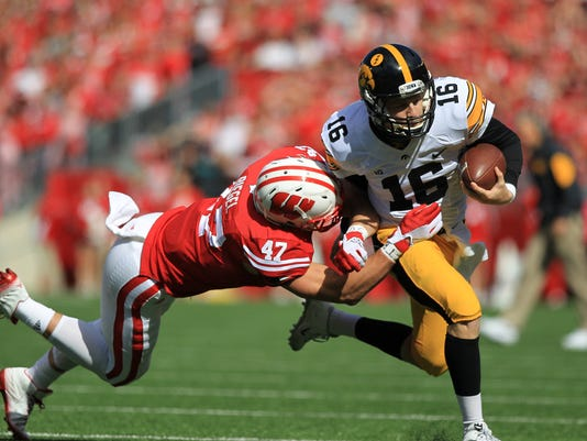 635799927492173427-IOW-1003-Iowa-vs-Wisconsin-fb-09
