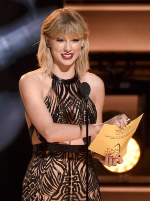 Taylor Swift presents the entertainer of the year award at the 50th annual CMA Awards at the Bridgestone Arena on Nov. 2, 2016.