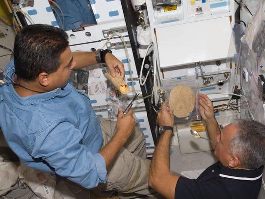 A la izquierda, José Hernández, especialista de la