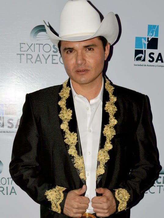 636422949884081189-El-inspirado-compositor-mexicano-ya-escribe-el-tema-altruista.-La-Voz..jpg
