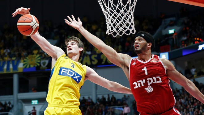 Maccabi Tel Aviv's Croatian player Dragen Bender (L) fights for the ball against Hapoel Jerusalem's US player Josh Duncan during a Winner League match between Maccabi Tel Aviv and Hapoel Jerusalem at the Pais Arena in Jerusalem on March 21, 2016.