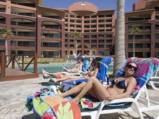 Vacacionistas toman en sol en la piscina del Sonoran