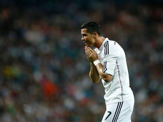 Cristiano Ronaldo se lamenta luego de una acción en el partido que Real Madrid igualó 2-2 con Valencia el 9 de mayo del 2015 en Madrid y que lo dejó casi sin esperanzas de ganar la liga española. Al portugués le atajaron un penal en ese duelo. (AP Photo/Oscar del Pozo)