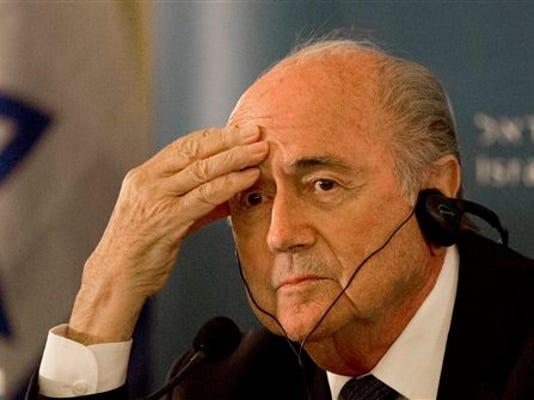 El presidente de la FIFA, Joseph Blatter, participa en una conferencia de prensa el martes, 19 de mayo de 2015, en Jerusalén.  (AP Photo/Tsafrir Abayov)
