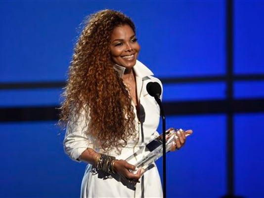 Janet Jackson acepta un premio a su carrera en la ceremonia de los premios BET en el teatro Microsoft, el 28 de junio de 2015, en Los Angeles. (Foto de Chris Pizzello/Invision/AP)