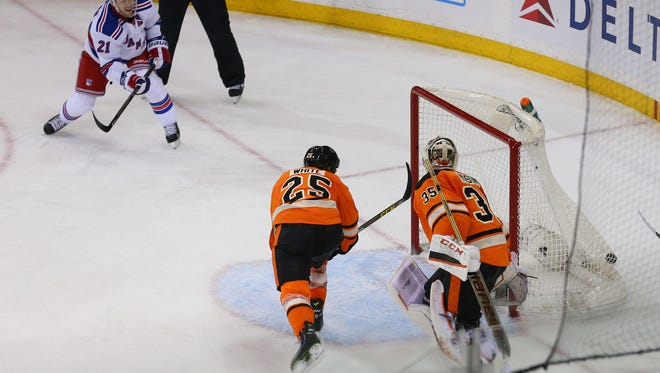 Derek Stepan (21) scored a pair of goals in the Flyers' 3-1 loss to the New York Rangers.