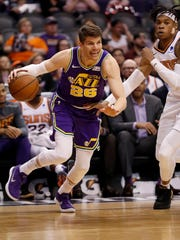 Utah Jazz guard Kyle Korver (26) drives against Phoenix