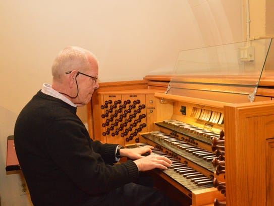 Dr. Philip Manwell plays a free organ concert of classical