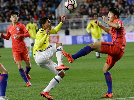 South Korea' Kim Jin-su, right, fights for the ball against Colombia's Carlos Barca during their friendly soccer match at Suwon World Cup Stadium in Suwon, South Korea, Friday, Nov. 10, 2017. (AP Photo/Ahn Young-joon)