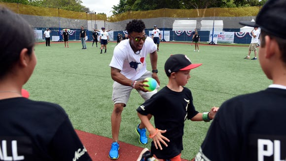 Francisco Lindor spends rare day off playing baseball with kids