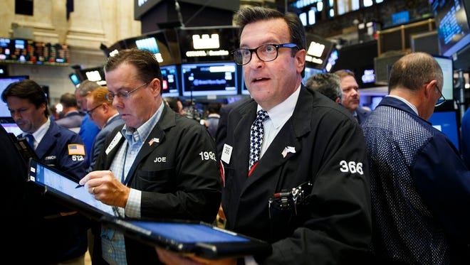 Traders work on the floor of the New York Stock Exchange on Aug.t 5, 2016. (EPA/JUSTIN LANE)