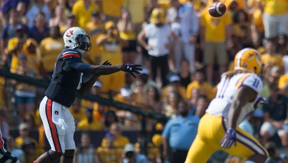 Auburn Tigers quarterback Jeremy Johnson (6) threw