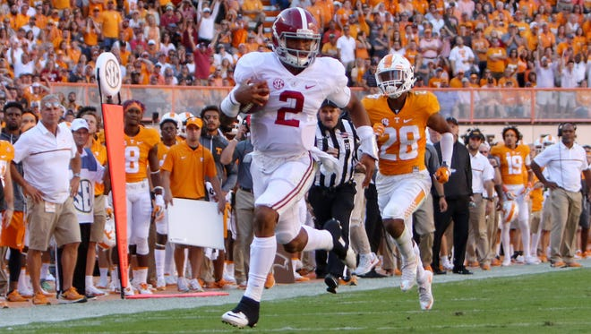 Alabama  quarterback Jalen Hurts (2) runs the ball against the Tennessee Volunteers on Oct. 15, 2016.
