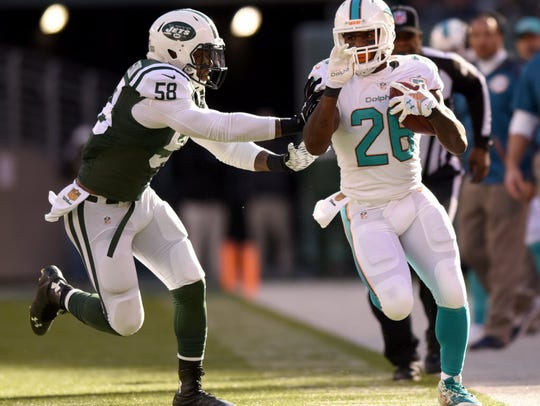 Jets linebacker Erin Henderson pushes Miami Dolphins'
