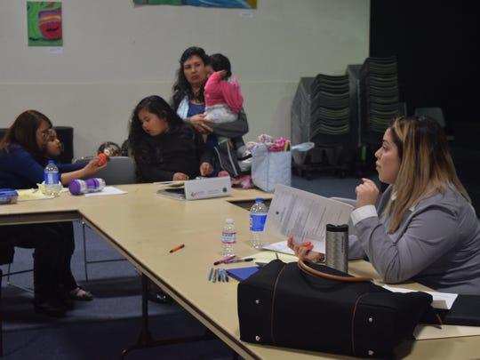 La coordinadora de programas del Departamento de Seguridad de la Comunidad, Fernanda Ocaña, hablando con el grupo en su última junta, el jueves, 31 de marzo.