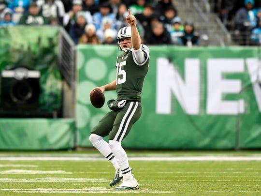 New York Jets quarterback Josh McCown (15) signals