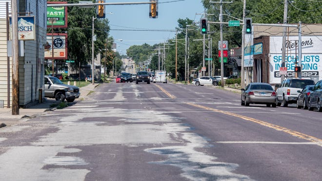 The view northbound on S. Western Avenue towards W. Howett Street in Peoria.