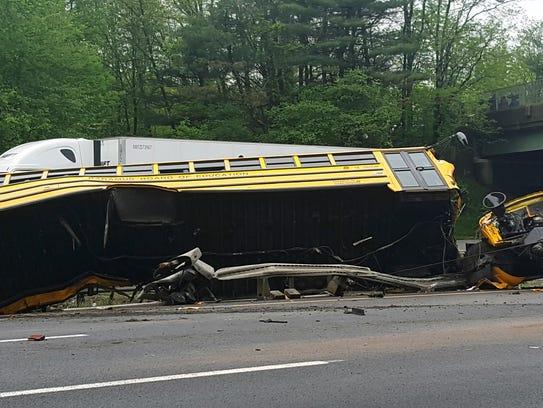 Así quedó el camión escolar tras chocar con un camión de la basura en Mount Olive, New Jersey.