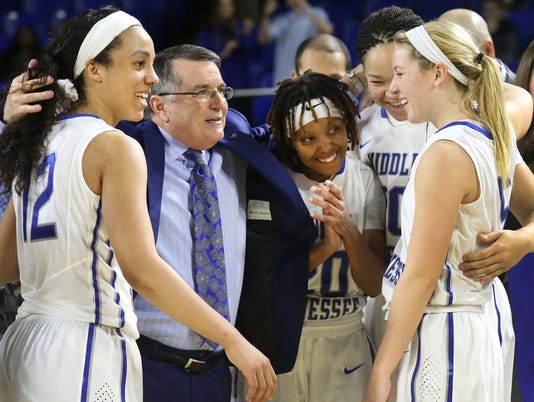 635897927055095768-07-Coach-Insell-with-players.jpg