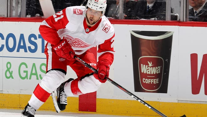 Red Wings forward Tomas Tatar takes the puck in the third period of the Wings' 3-0 win on Monday, Jan. 22, 2018, in Newark, N.J.