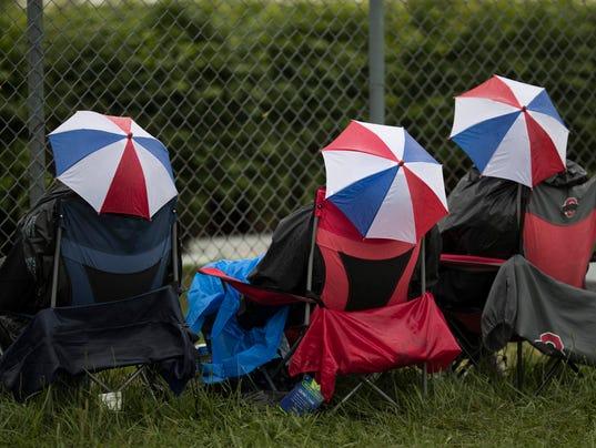 636296048444060577-oaksday-race9-rain-feature37.jpg