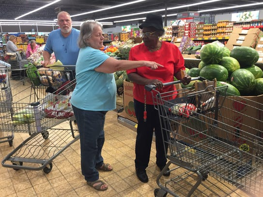 Mary Leibowitz of Greer, S.C., center, offers tips