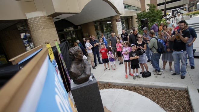 A new Harry Houdini bust was revealed Thursday in downtown Appleton's Houdini Plaza.